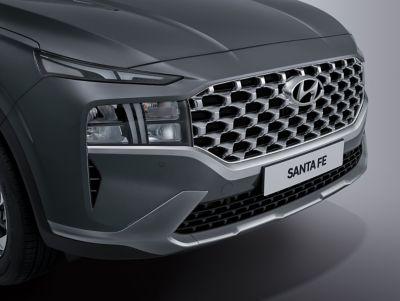 Imagen en detalle del nuevo diseño del parachoques frontal del nuevo Hyundai SANTA FE Híbrido.
