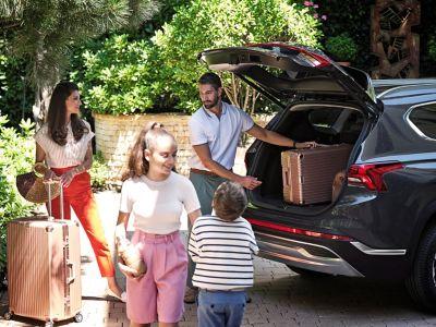 Rodzina ładująca bagażnik nowego 7-miejscowego SUV-a Hyundaia Santa Fe Hybrid.