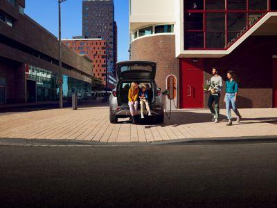 Il Nuovo SUV compatto Hyundai TUCSON Plug-in Hybrid parcheggiato in città.