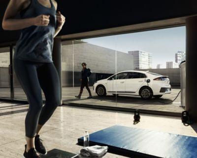 Nuova Hyundai IONIQ Electric in carica.