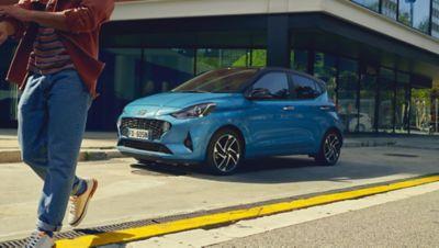 Immagine di Nuova Hyundai i10 parcheggiata su strada.