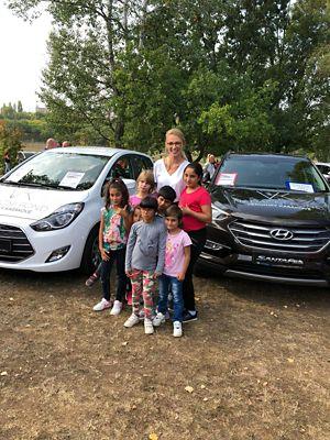 Veronika Kašáková u nových vozů Hyundai