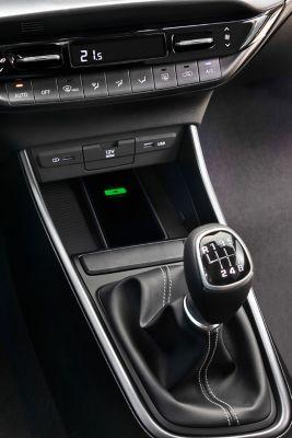 La consola central de un nuevo Hyundai i20, vista del lado del conductor