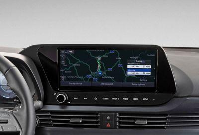 """Vista en detalle de la pantalla táctil de 10,25"""" con sistema de navegación inteligente del nuevo Hyundai i20"""