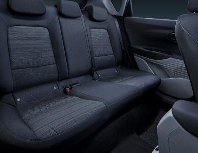 Tylna kanapa we wnętrzu modelu Hyundai BAYON.