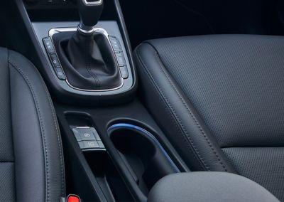 Nowoczesne oświetlenie nastrojowe konsoli środkowej i przestrzeni na nogi w Nowym Hyundaiu KONA.