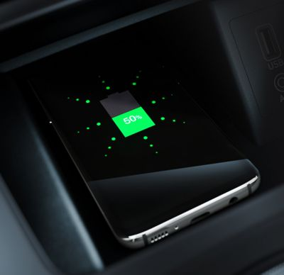 Close up image of the wireless charging in the Hyundai KONA Hybrid.