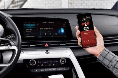 Wnętrze Nowego Hyundaia Elantra i funkcja parowania kilku urządzeń Bluetooth.
