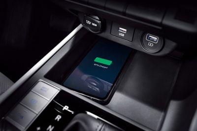 Podstawka bezprzewodowego ładowania smartfonów w nowym Hyundaiu Elantra.