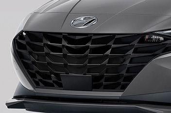 Nowy Hyundai Elantra – szeroki kaskadowy grill ze zintegrowanymi kierunkowskazami.