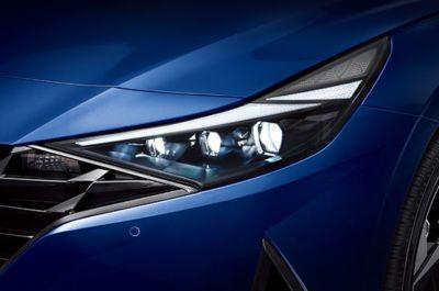 Nowy Hyundai Elantra – nowe reflektory LED ze zintegrowanymi światłami do jazdy dziennej LED.
