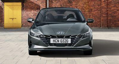 Nowy Hyundai Elantra pokazany z przodu uwypukla parametrycznym wzór klejnotu.