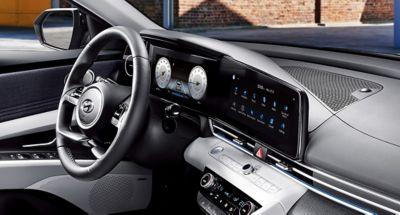 Kolorowy, cyfrowy zestaw wskaźników i ekran nawigacji we wnętrzu Nowego Hyundaia Elantra.