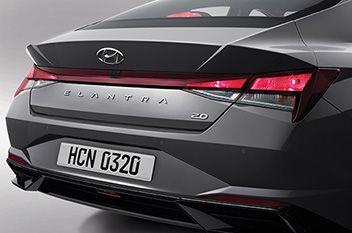 Nowy Hyundai Elantra – radykalnie przeprojektowane tylne lampy zespolone z żarówkami.