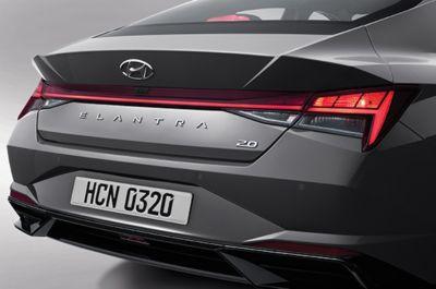 Nowy Hyundai Elantra – tylne lampy zespolone z żarówkami i listwą LED.