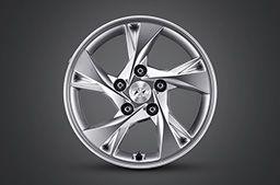 """Nowy Hyundai Elantra – felga aluminiowa 15"""" z jednokolorowym srebrnym wykończeniem."""