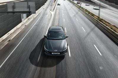Nowy Hyundai Elantra na autostradzie korzystający z asystenta podążania na pasie ruchu.