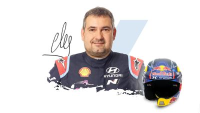 Pilot Hyundai Motorsport Daniel Elena wraz z podpisem.