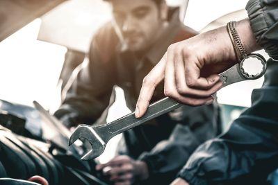 Gros plan de mécaniciens automobiles travaillant sur une voiture Hyundai.