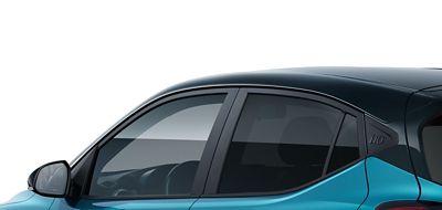 Hyundai i10 close up getinte achter zijruiten.
