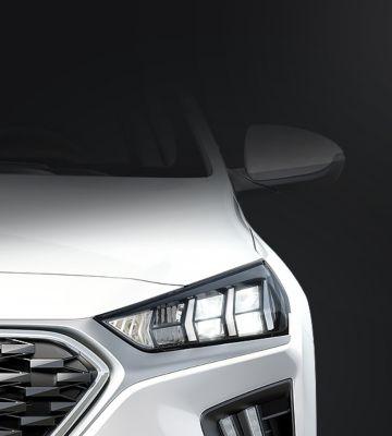 Zbliżenie na przednie światła LED Hyundaia IONIQ Hybrid.