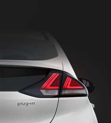 Vue rapprochée des blocs-feux arrière LED de la nouvelle Hyundai IONIQ plug-in.