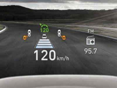 Pohled na průhledový displej v novém SUV Hyundai Santa Fe Hybrid.