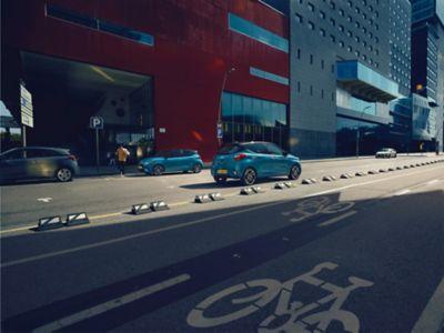 Hyundai i10 op de straat.