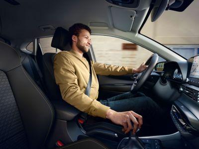 Un hombre conduciendo el nuevo Hyundai i20, la perspectiva del copiloto