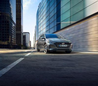 Hyundai i20 jedzie po ulicy.
