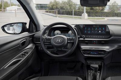 """Primer plano del nuevo volante del Hyundai i20 y de la pantalla táctil de 10,25""""."""