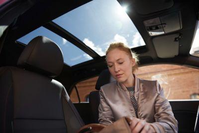 Conductor situado en el interior del Hyundai i20.