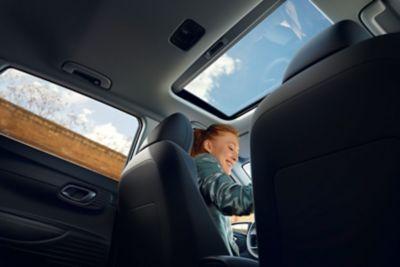 Vista a través del nuevo techo solar del Hyundai i20 desde el asiento trasero.