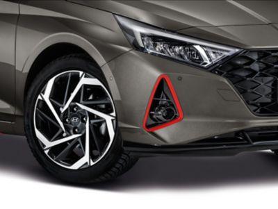 Accesorio de los faros frontales del Hyundai i20 en color rojo.