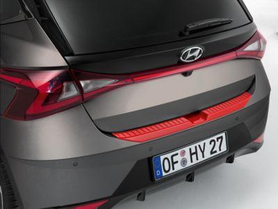 Accesorio del parachoques trasero en color rojo del Hyundai i20.