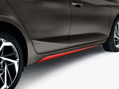 Faldones laterales en color rojo del Hyundai i20.