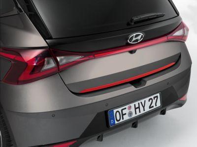 Accesorio del portón trasero de un Hyundai i20 en color rojo.