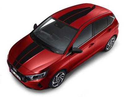 Líneas de competición en color rojo para el capó y el techo del Hyundai i20.