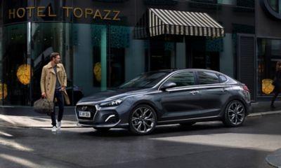 Imagen del Hyundai i30 Fastback aparcado en una calle.