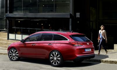 The i30 Wagon, pictured from the side, standing on a street.