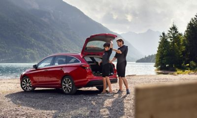 The new Hyundai i30 Wagon parked in front of a lake in the mountains.