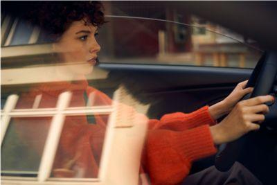Kobieta za kierownicą nowego Hyundaia i30 Fastback