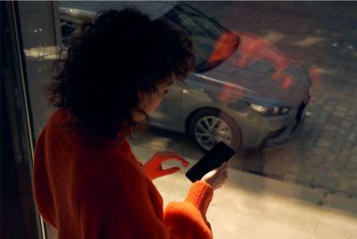 Kobieta korzystająca z systemu łączności z nowym Hyundaiem i30 Fastback