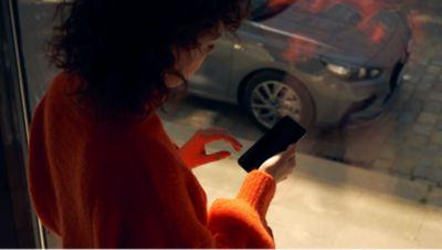 žena koukající do telefonu