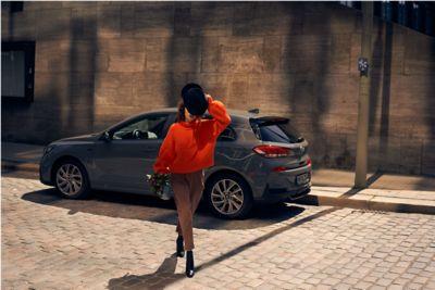 Hyundai Tucson zaparkowany w cieniu na ulicy