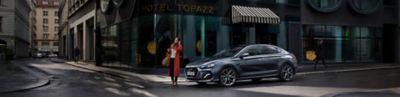 Imagen del Hyundai i30 Fastback en la ciudad.