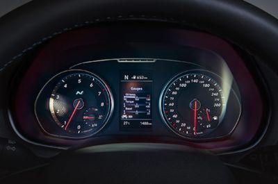 El Hyundai i30 N incluye un cómodo reposabrazos frontal.