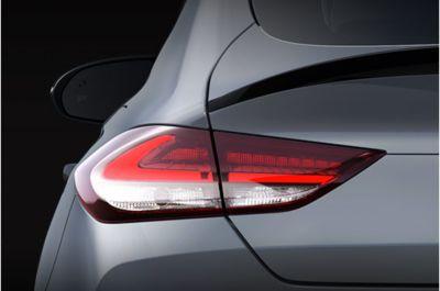 """Vista en detalle de las llantas de aleación de 18"""" y 19"""" del Hyundai i30 Fastback N."""