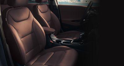 Pohled na přední sedadla s kůží Red Umber nového modelu Hyundai IONIQ Hybrid.