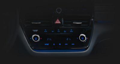 Dwustrefowa klimatyzacja automatyczna w Hyundaiu IONIQ Hybrid.